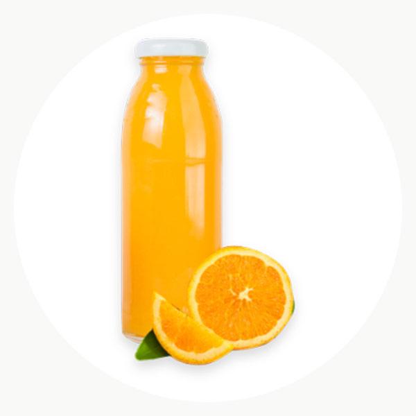 Zumo natural de naranja en una botella de vidrio