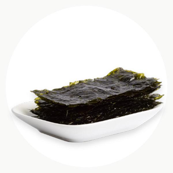 Algas ecológicas servidas en un plato de cerámica blanco