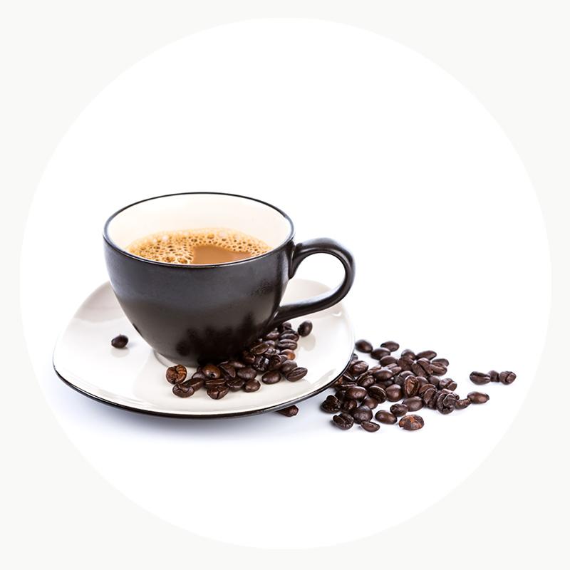 Café molido natural en taza y plato negro