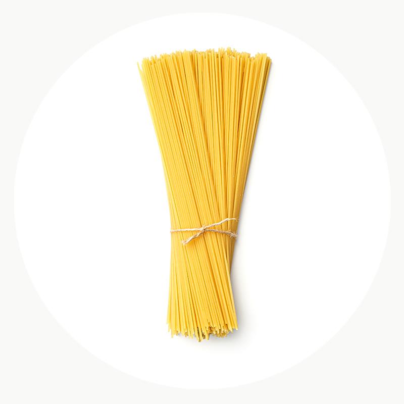 Espaguetis envueltos en un cordón de fibra natural