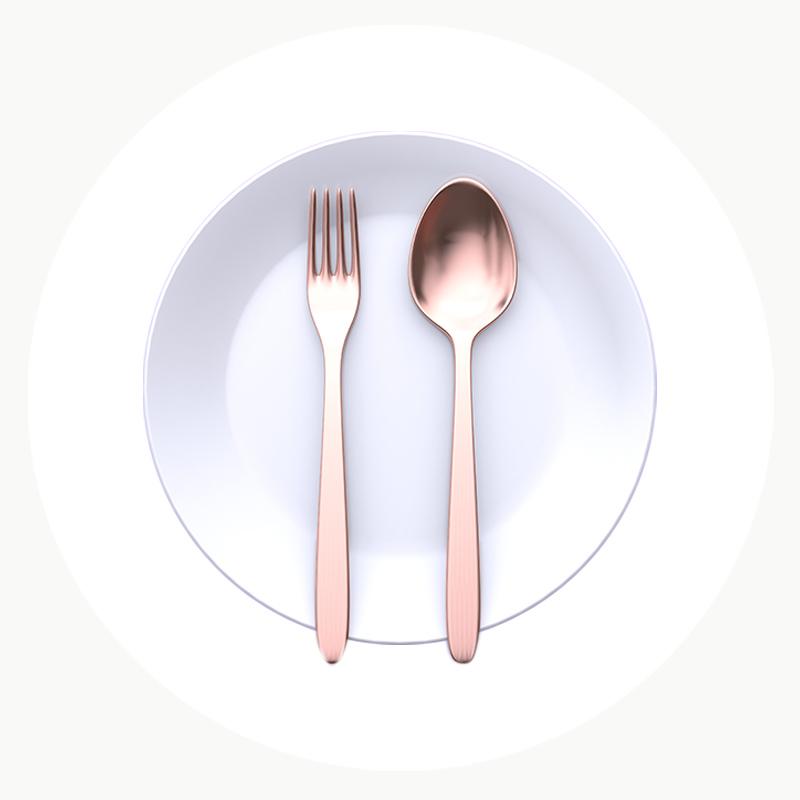 Cubiertos y platos para servir productos gourmet