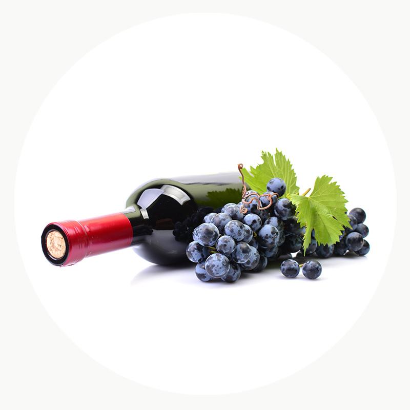 Vino negro con un racimo de uvas ecológicas