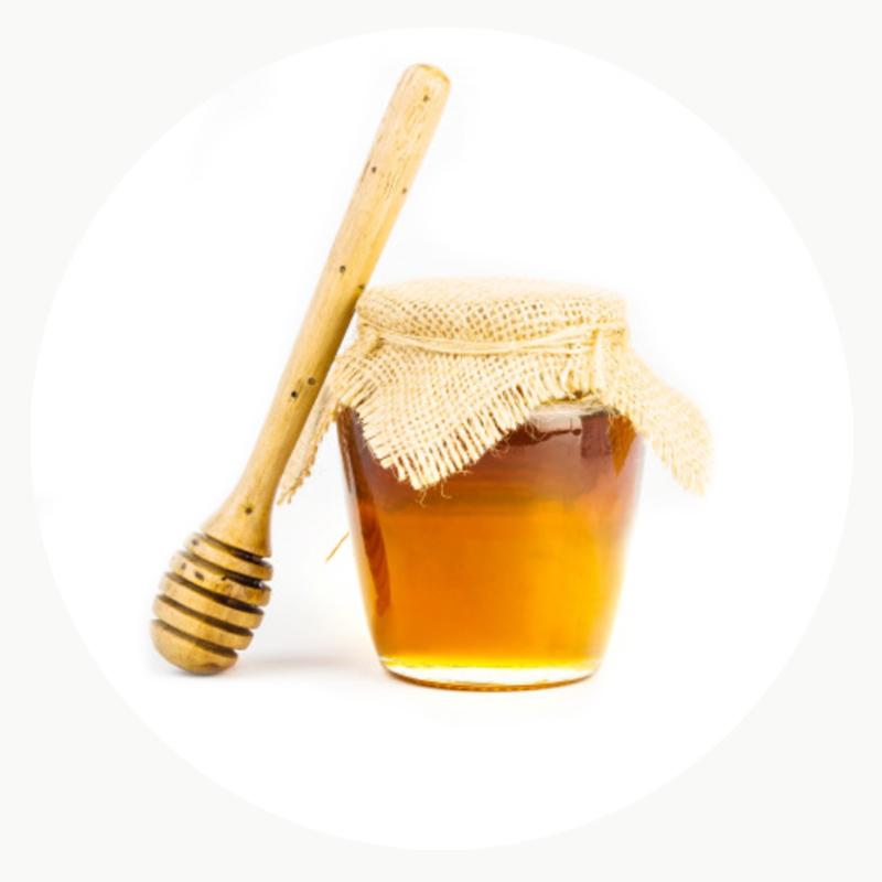 Miel ecológica en envase de vidrio con tapa de saco y recoge miel de madera