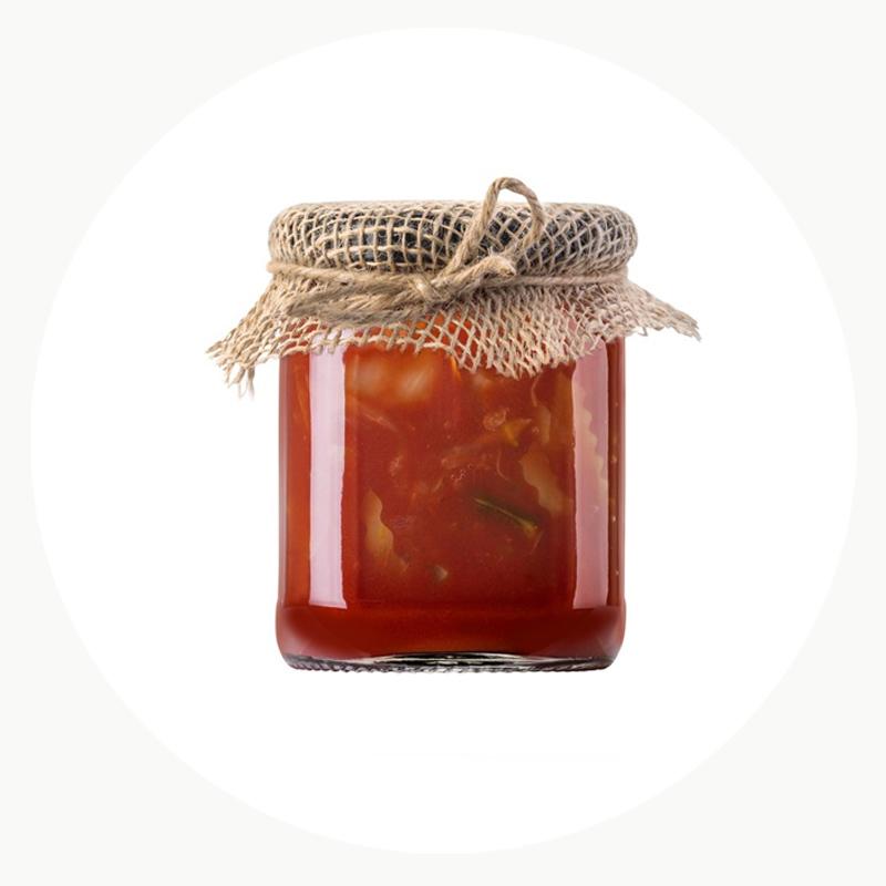 Salsa de tomate ecológica en tarro envuelto con tela de saco