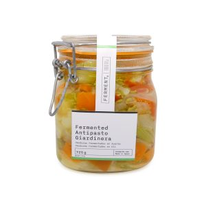 Verduras fermented antipasto Giardinera en un bote de cristal