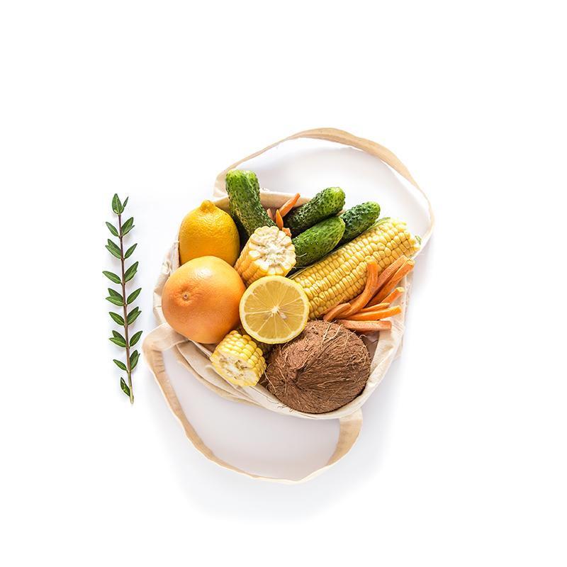 Bolsa de tela natural para contribuir con el cero waste con frutas y verduras dentro